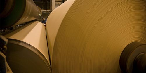 Vários rolos de papelão para embalagem marrom