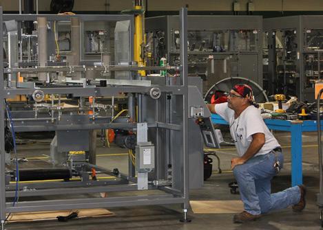 Um homem olhando para uma máquina de papelão ondulado