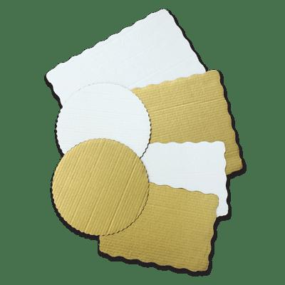 Uma variedade de círculos de padaria revestidos em branco e marrom.