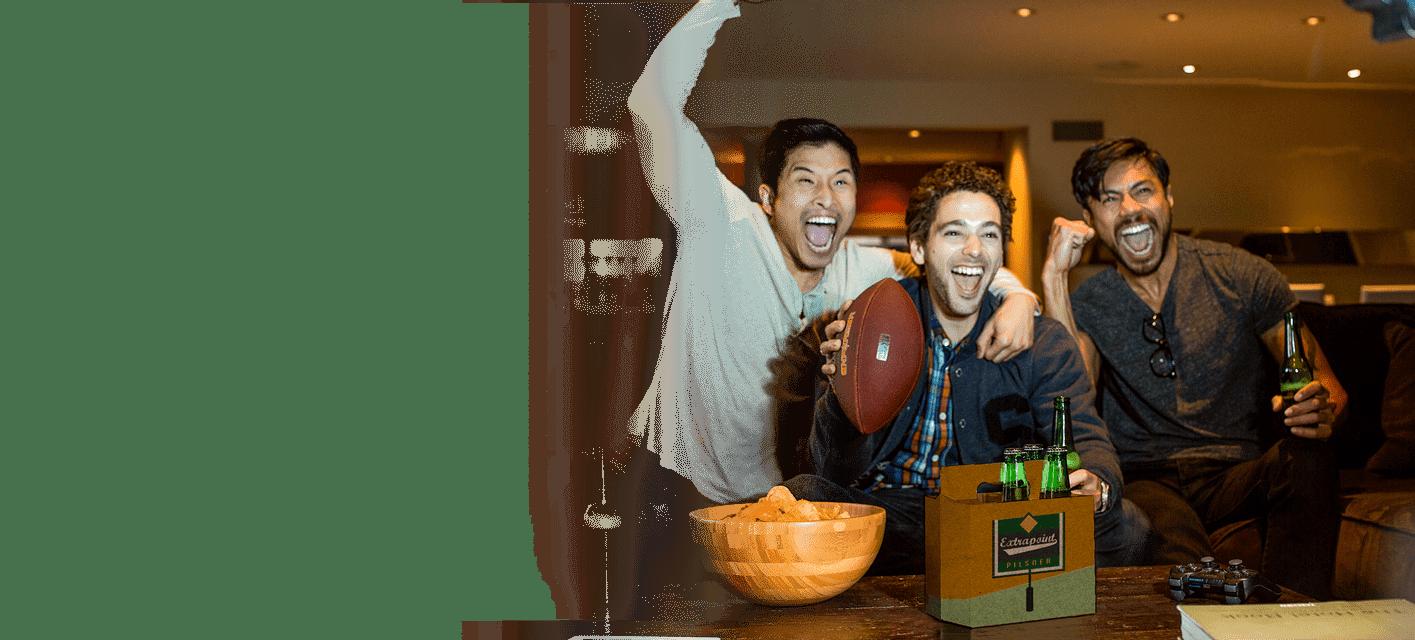 grupo de homens assistindo a futebol americano com uma embalagem de seis cervejas