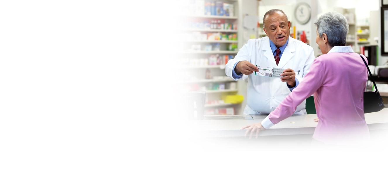 Mulher idosa falando com o farmacêutico